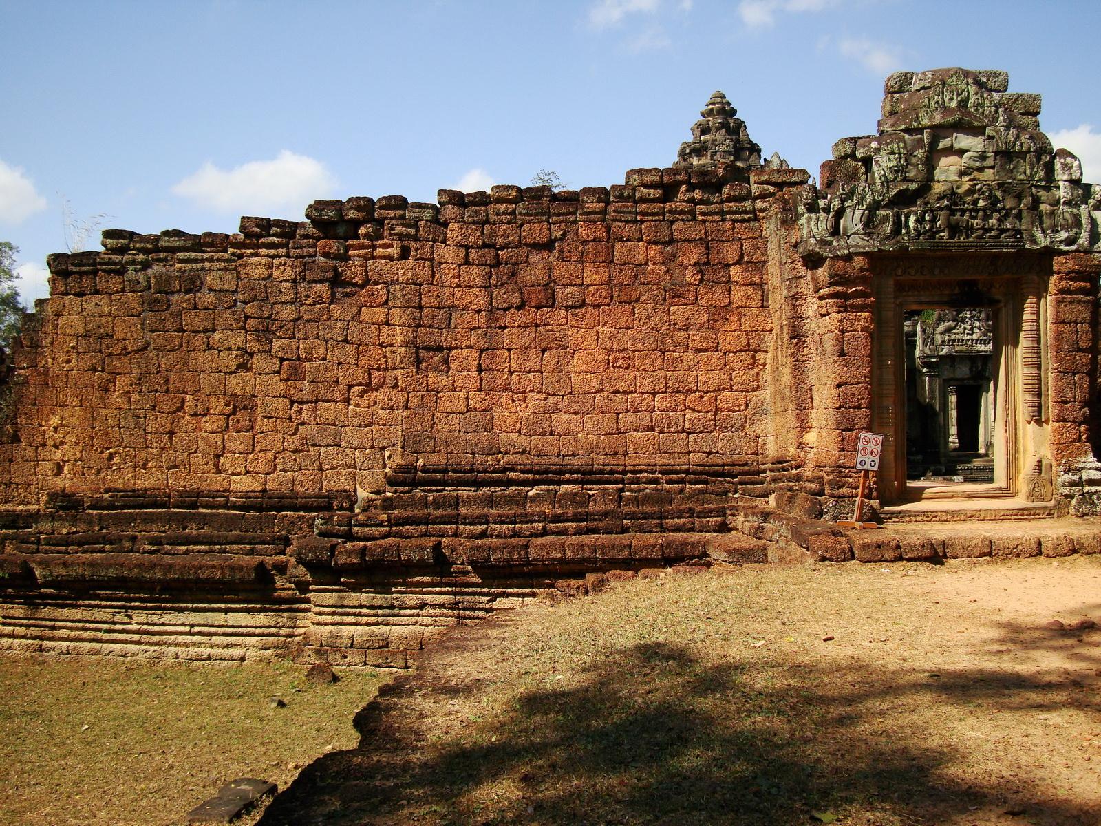 Banteay Samre Temple 12th century architecture laterite walls 02