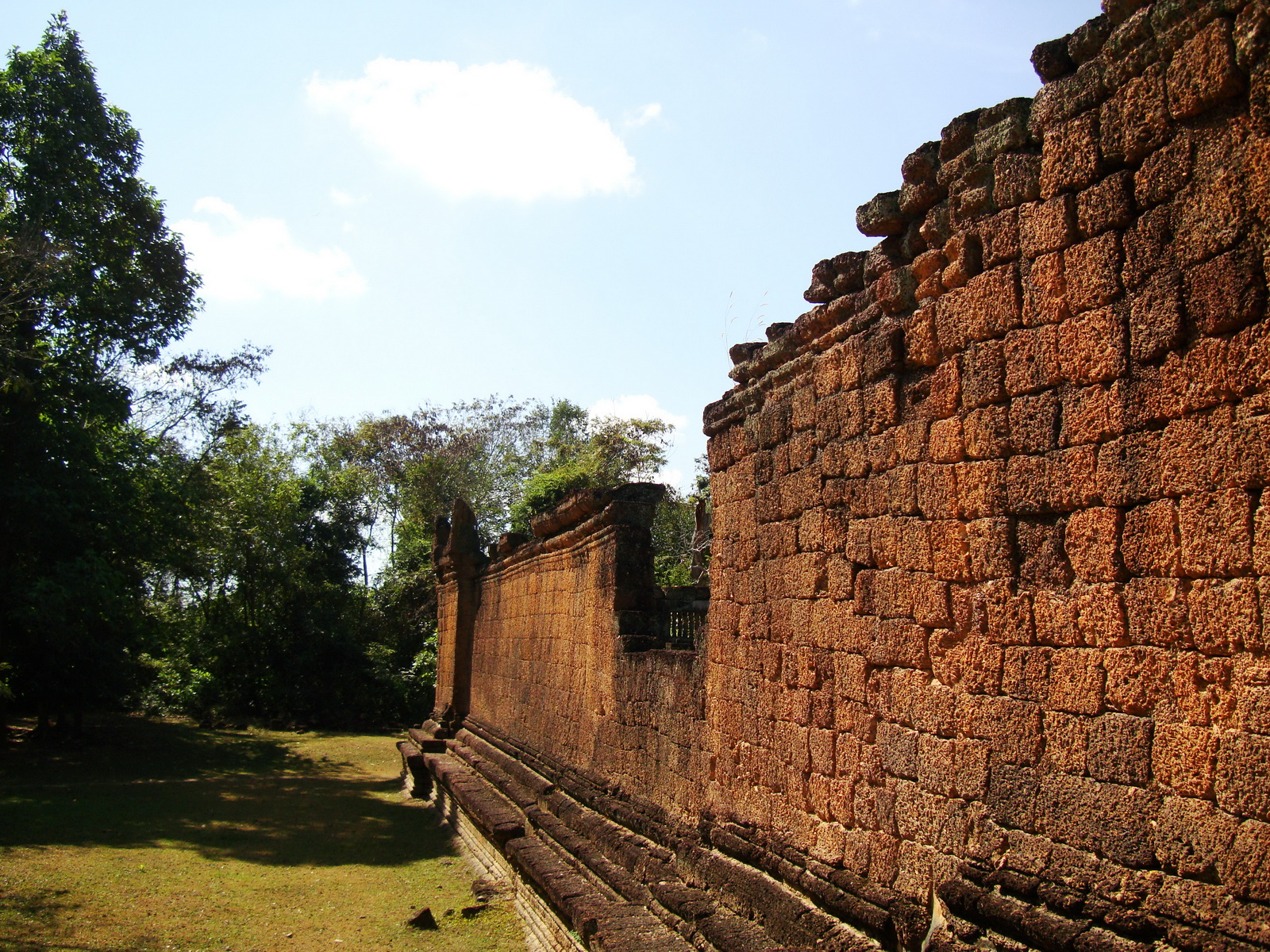 Banteay Samre Temple 12th century architecture laterite walls 04