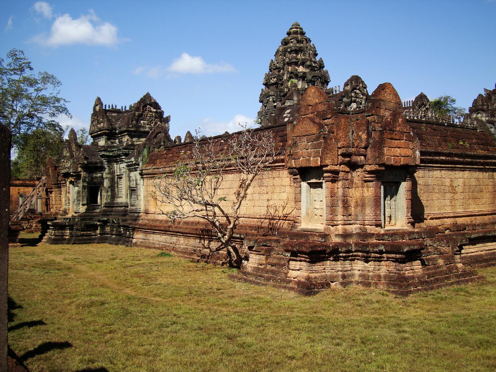Banteay Samre Temple enclosed moat East Baray Jan 2010 06