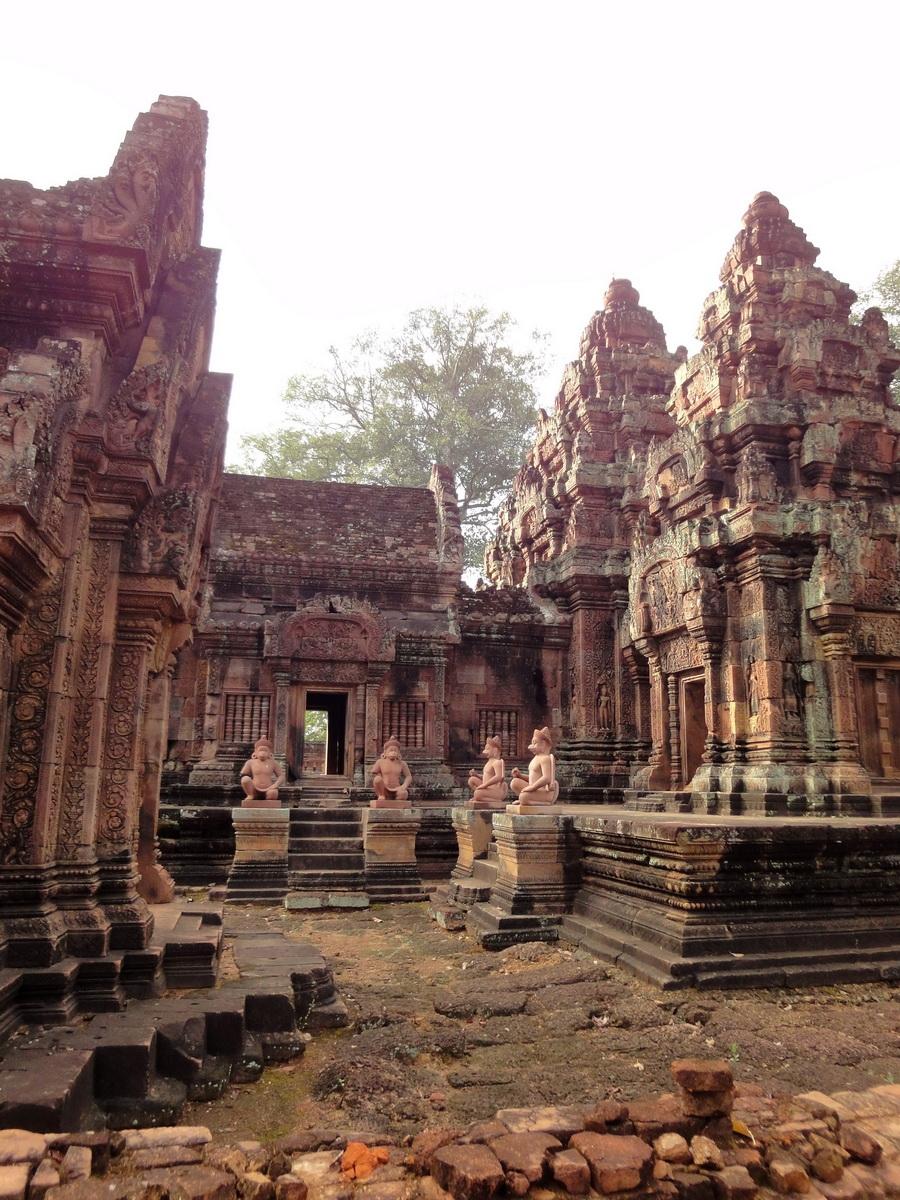 Banteay Srei 10th century architecture inner sanctuary area 02