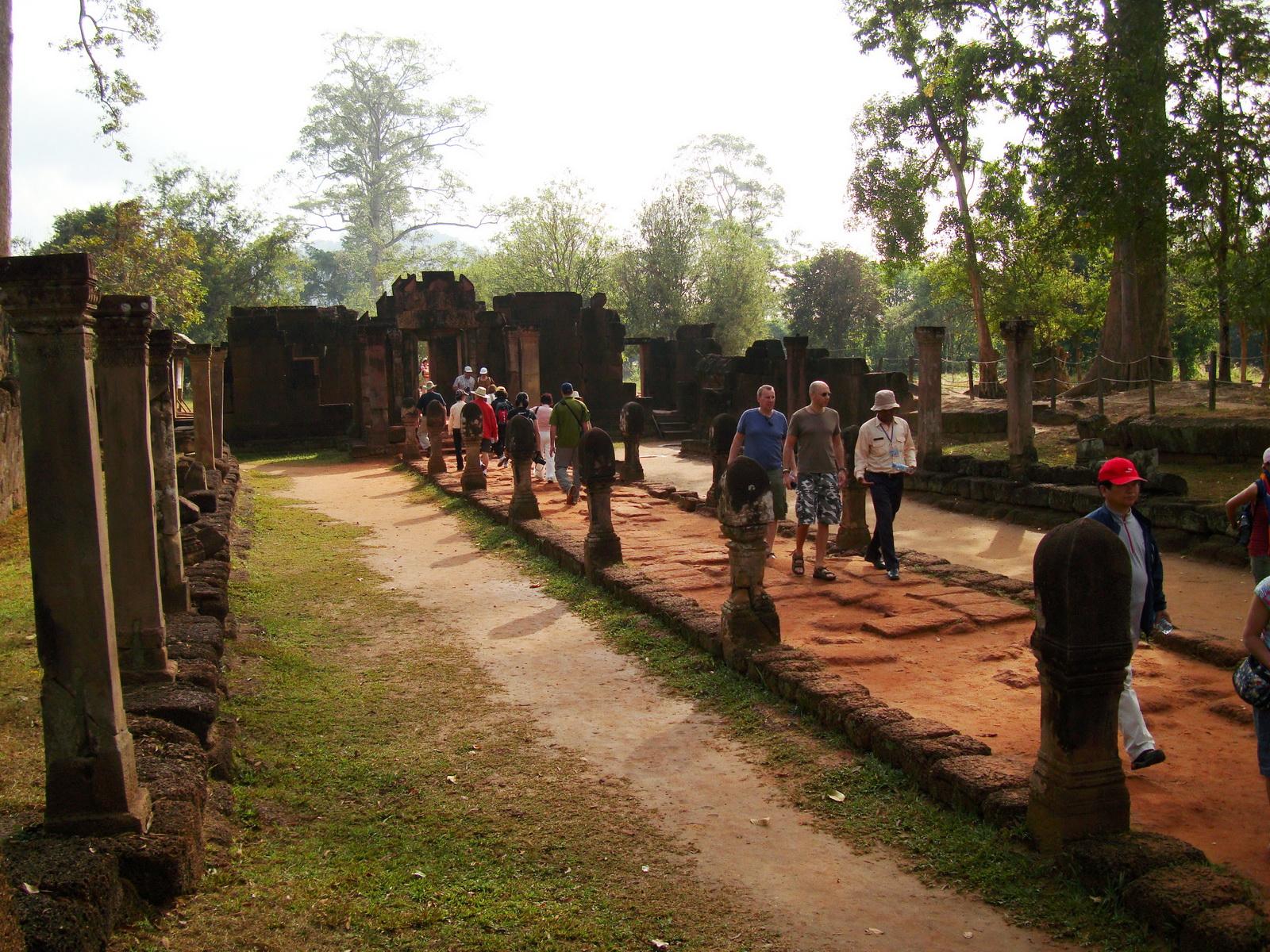 Banteay Srei Hindu Temple boundary entrance courseway 04
