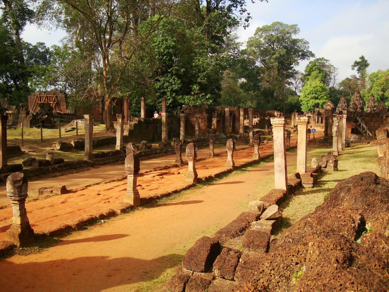 Banteay Srei Hindu Temple boundary entrance courseway 07