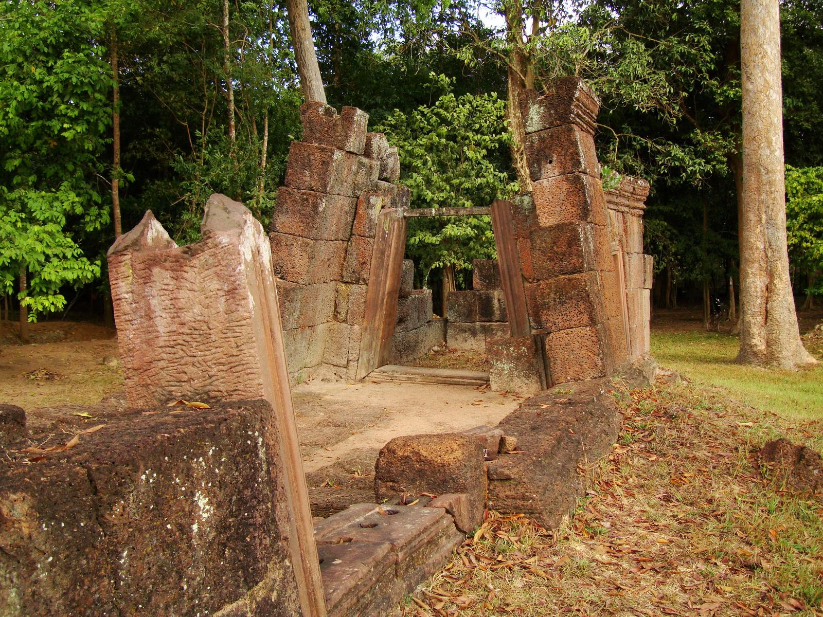 Banteay Srei Hindu Temple outer ruins Jan 2010 01