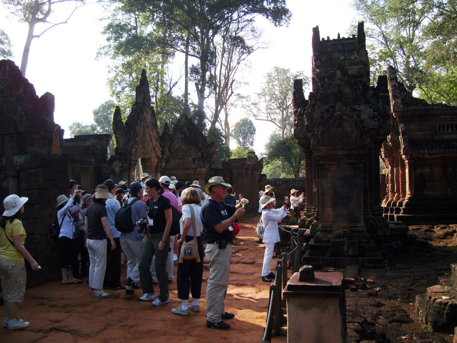 Banteay Srei Hindu Temple tourists Jan 2010 01