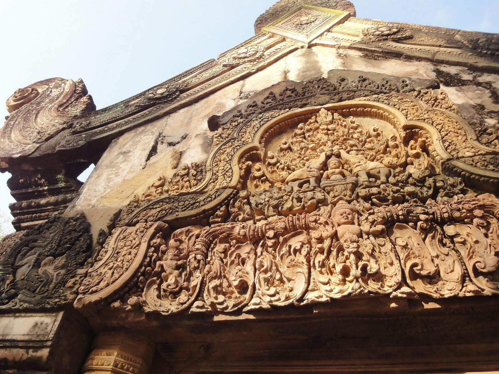 Banteay Srei Temple closeups of the innately carved sandstone arches 04
