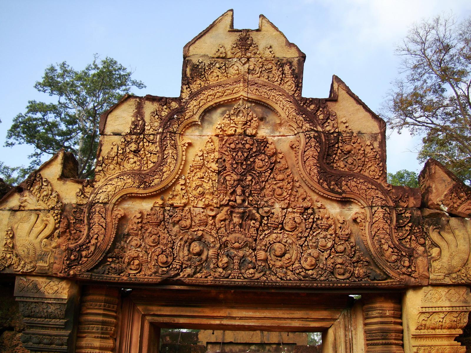 Banteay Srei Temple main entrance sandstone arch 02