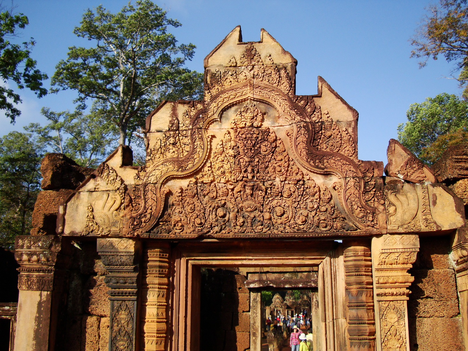 Banteay Srei Temple main entrance sandstone arch 03