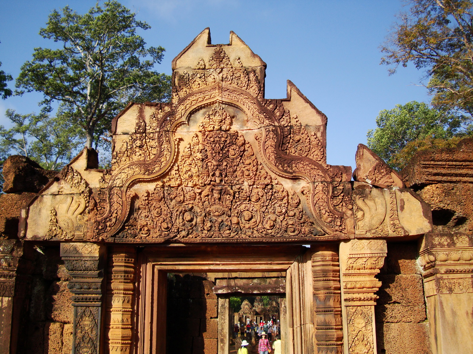 Banteay Srei Temple main entrance sandstone arch 04