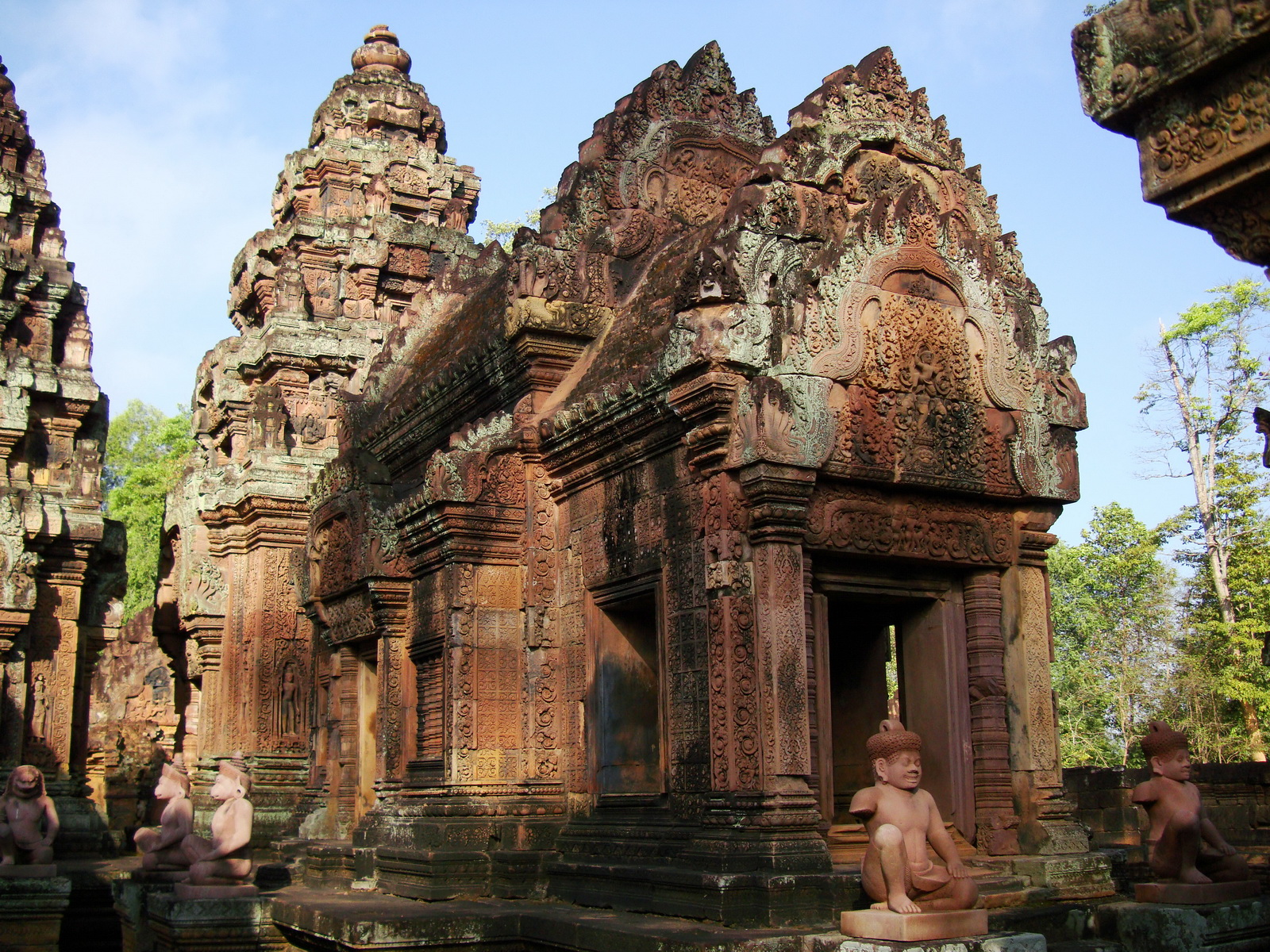 Banteay Srei Temple mandapa and central tower 01