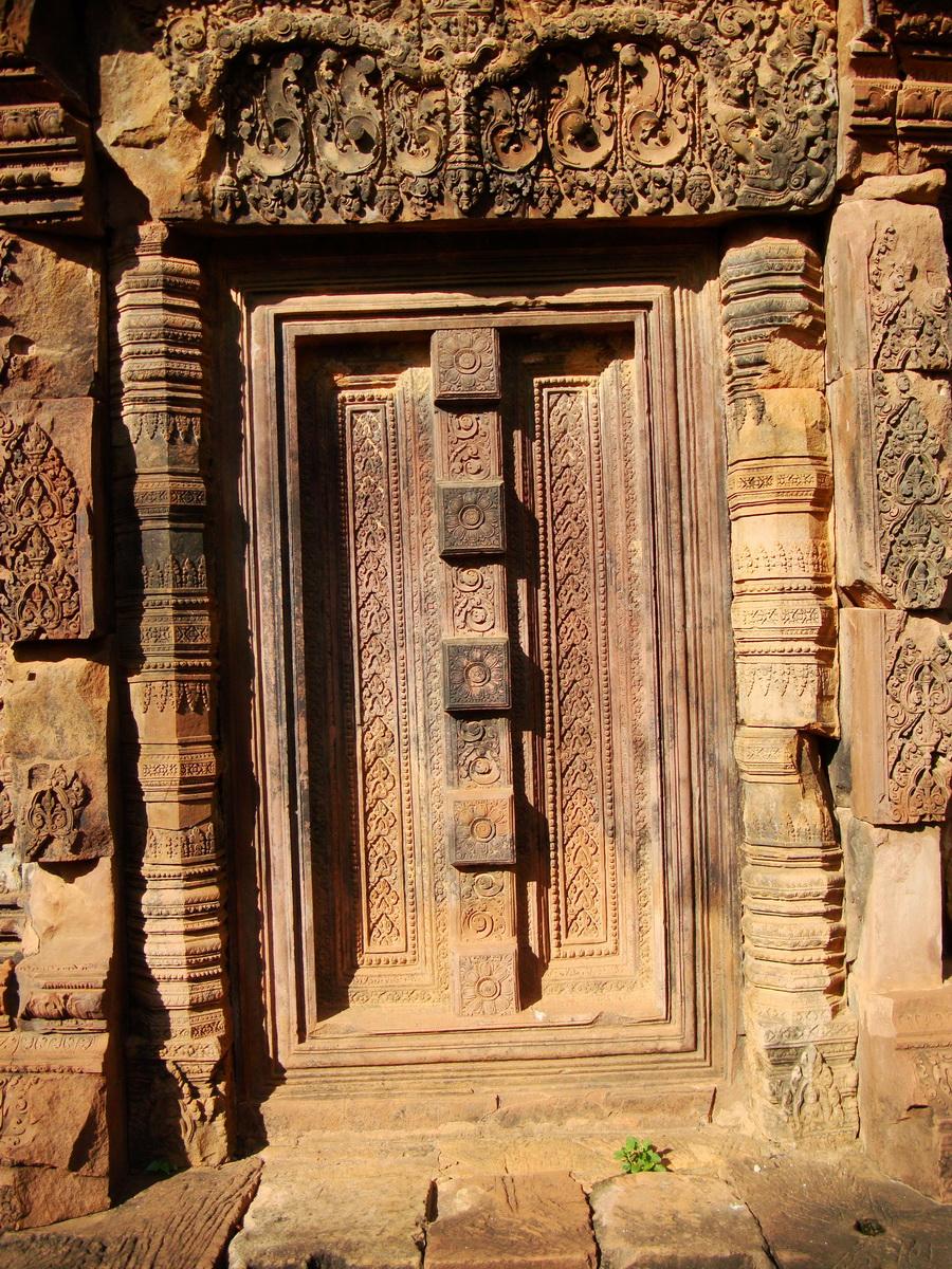 Banteay Srei red sandstone pediment shows Ravana shaking Mount Kailasa 04
