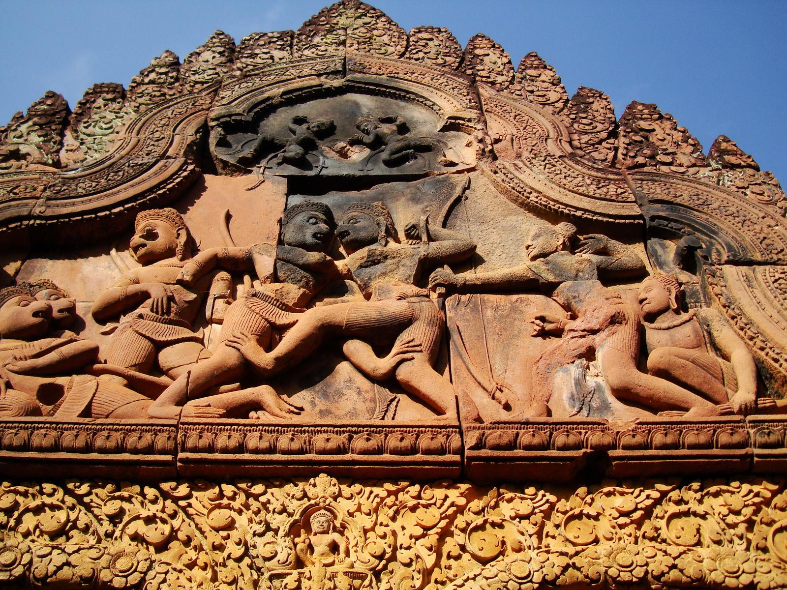 Banteay Srei western gopura depicting combat between Vali and Sugreeva 01