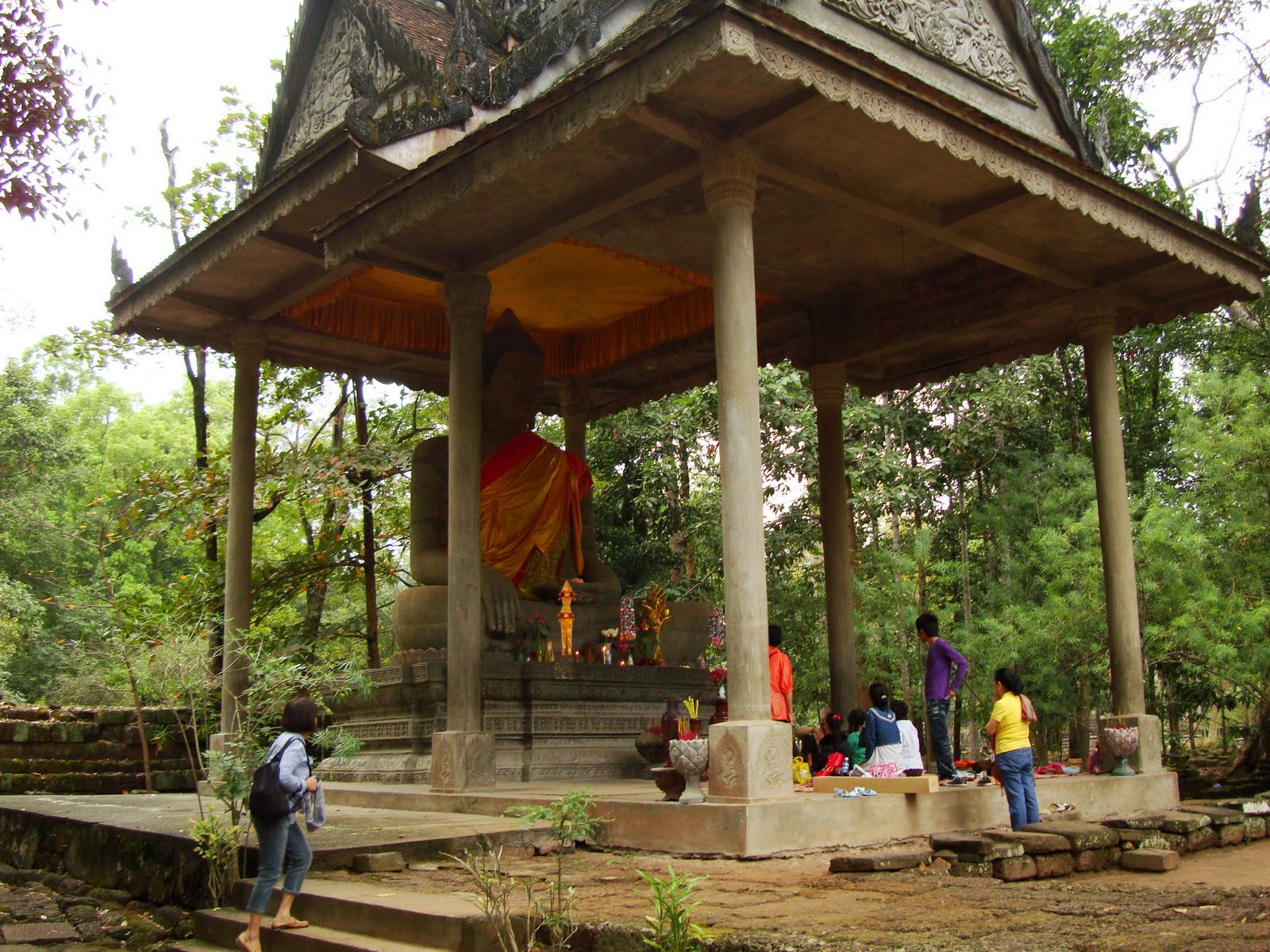 Baphuon temple external Buddha 02