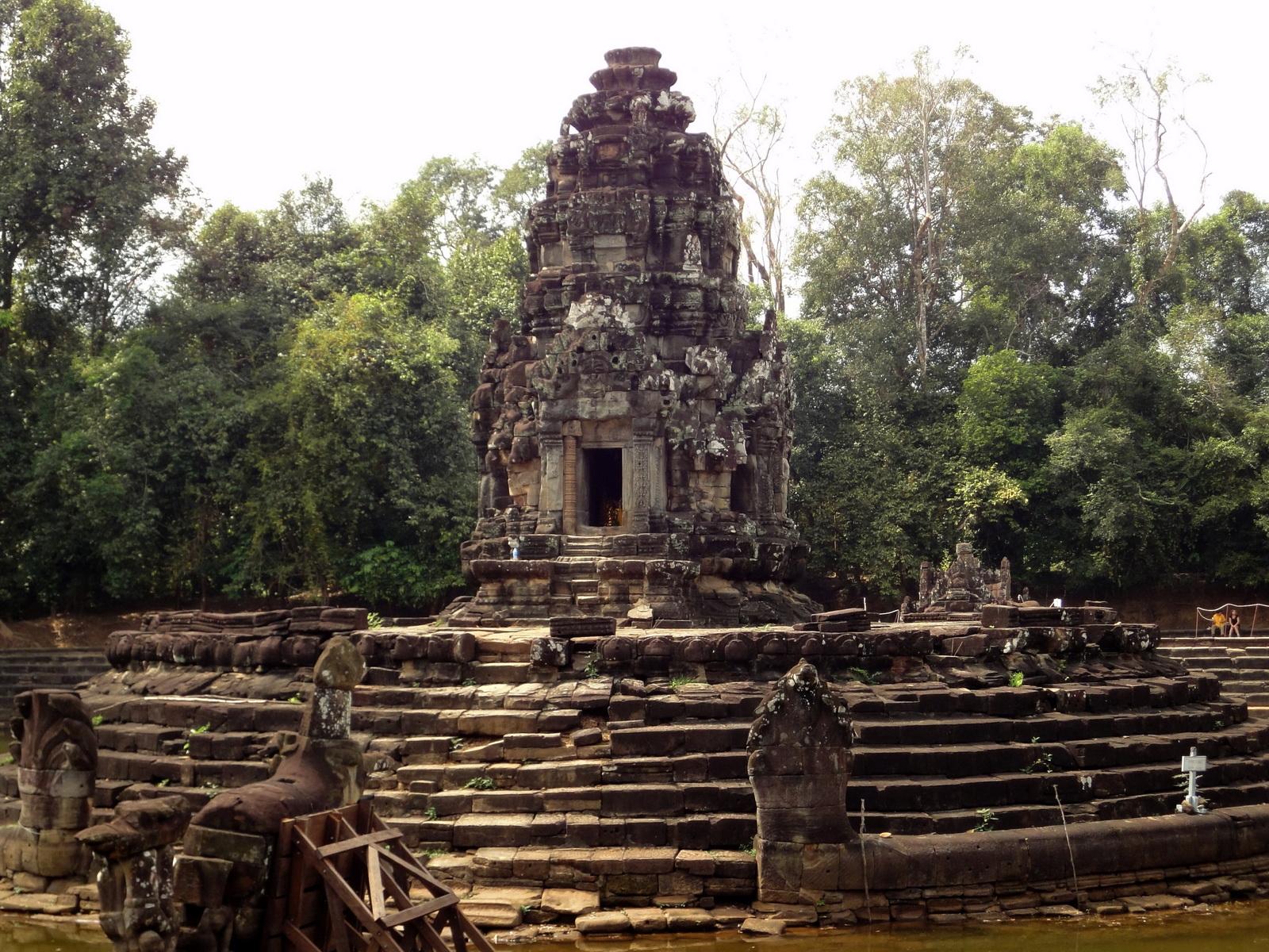 Neak Pean Temple sanctuary and artificial pond 01