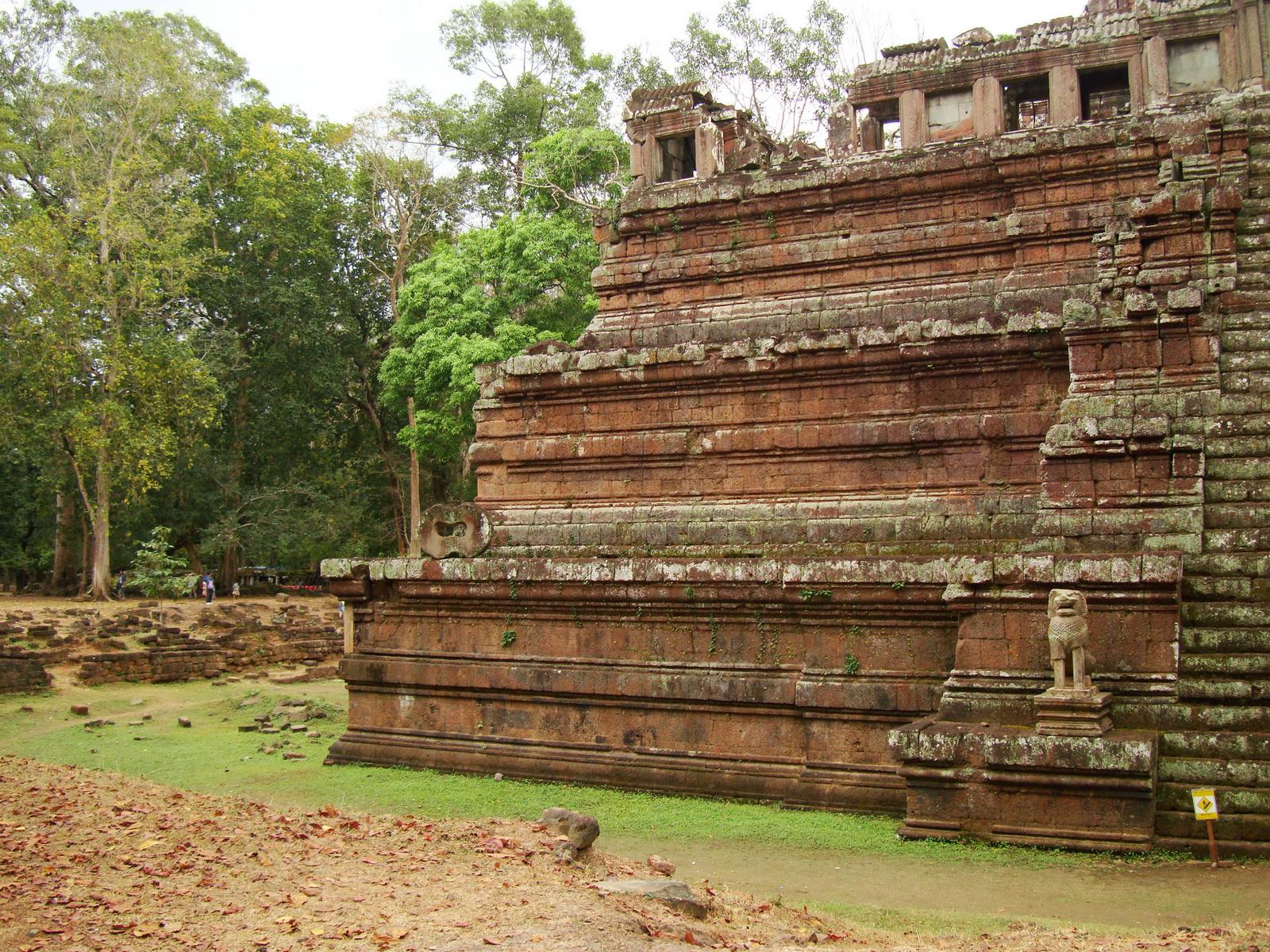 Celestial temple eastern side guardian lion Hindu Khleang style Angkor 07