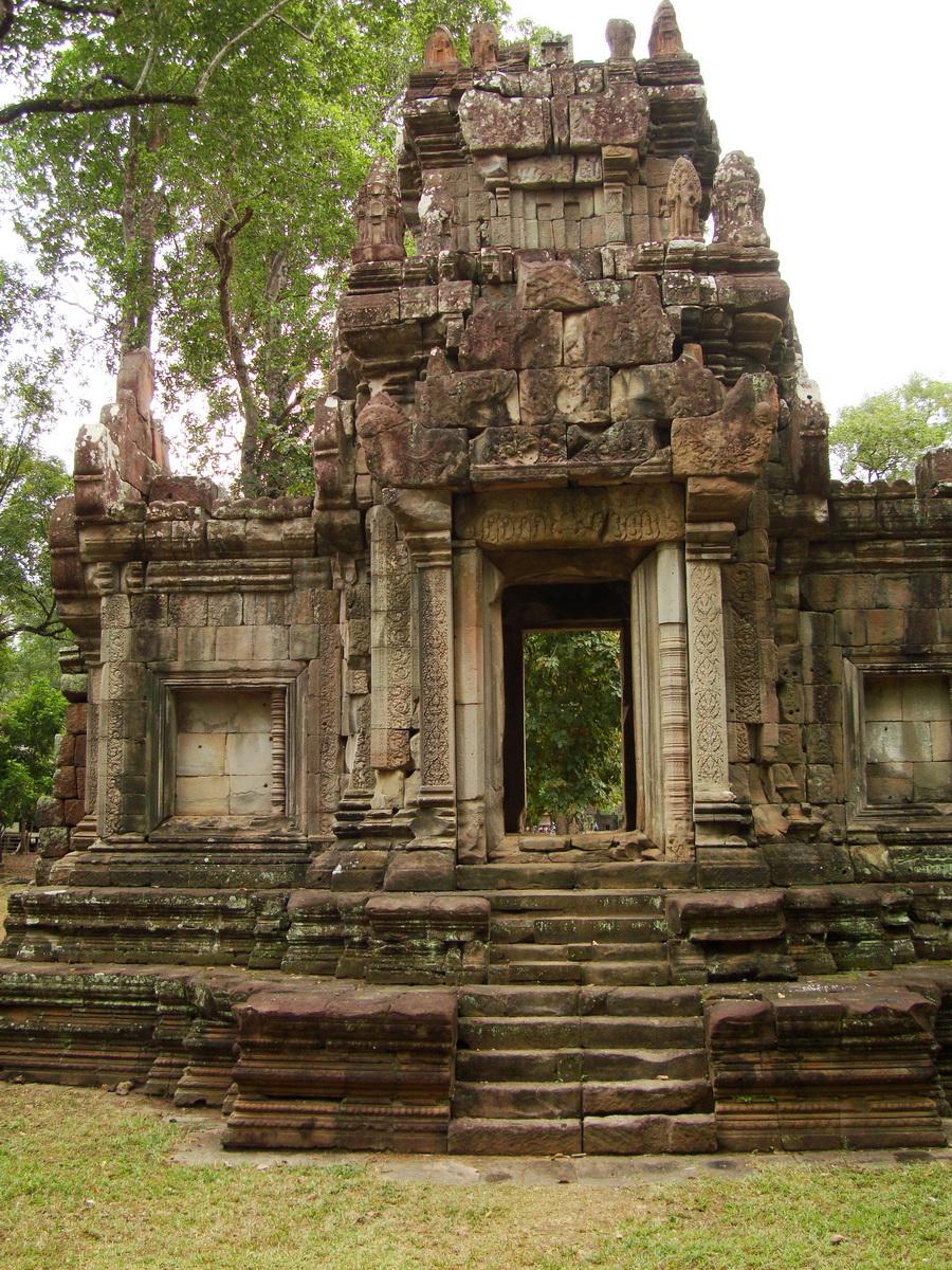 Phimeanakas Royal Palace inner eastern gate Angkor Jan 2010 02