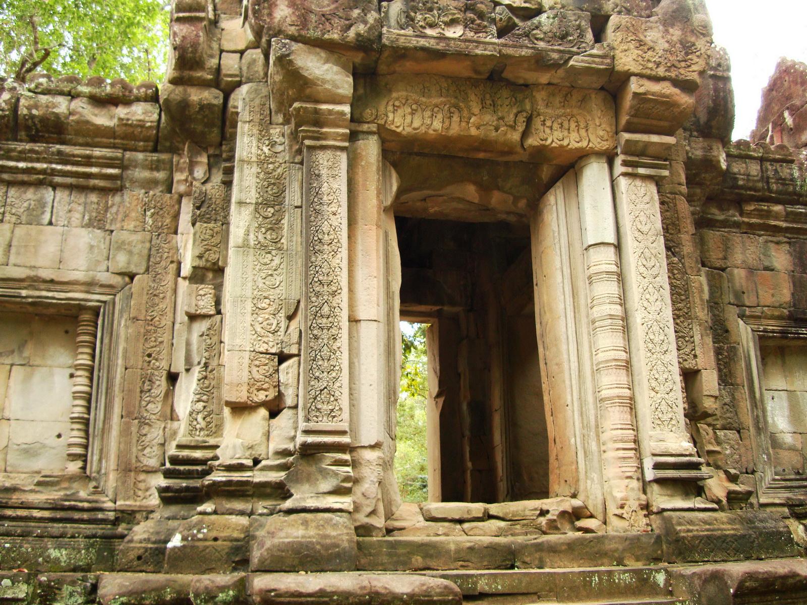 Phimeanakas Royal Palace inner eastern gate Angkor Jan 2010 03