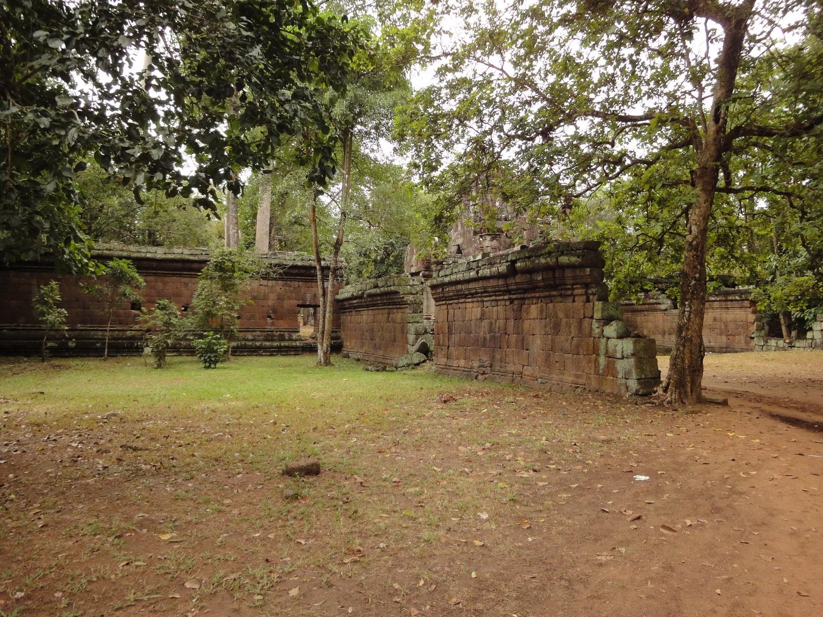 Royal Palace laterite walls Hindu Khleang style Angkor 01