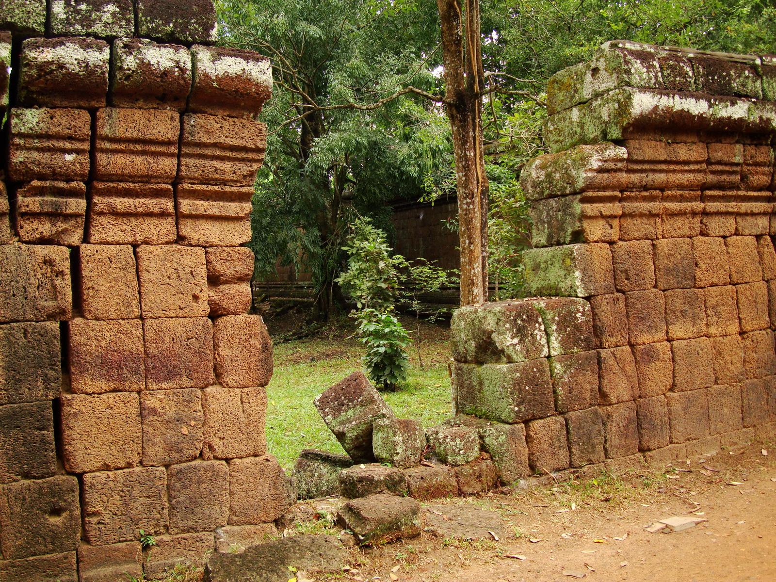 Royal Palace laterite walls Hindu Khleang style Angkor 02