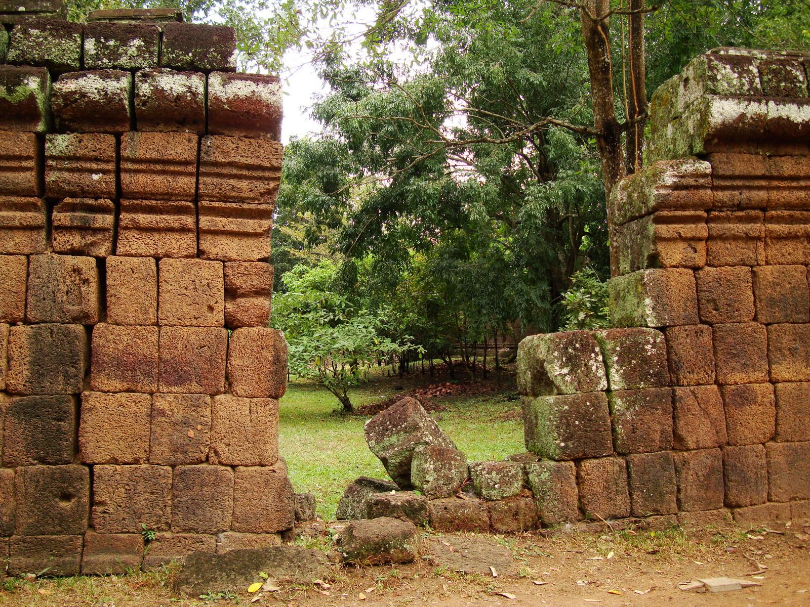 Royal Palace laterite walls Hindu Khleang style Angkor 03