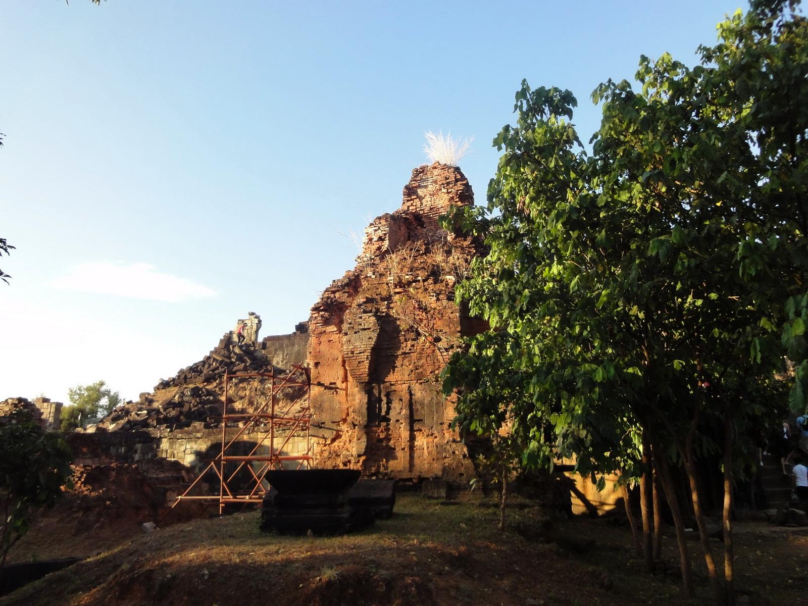 Phnom Bakheng Temple popular tourist sunset spot Angkor 01