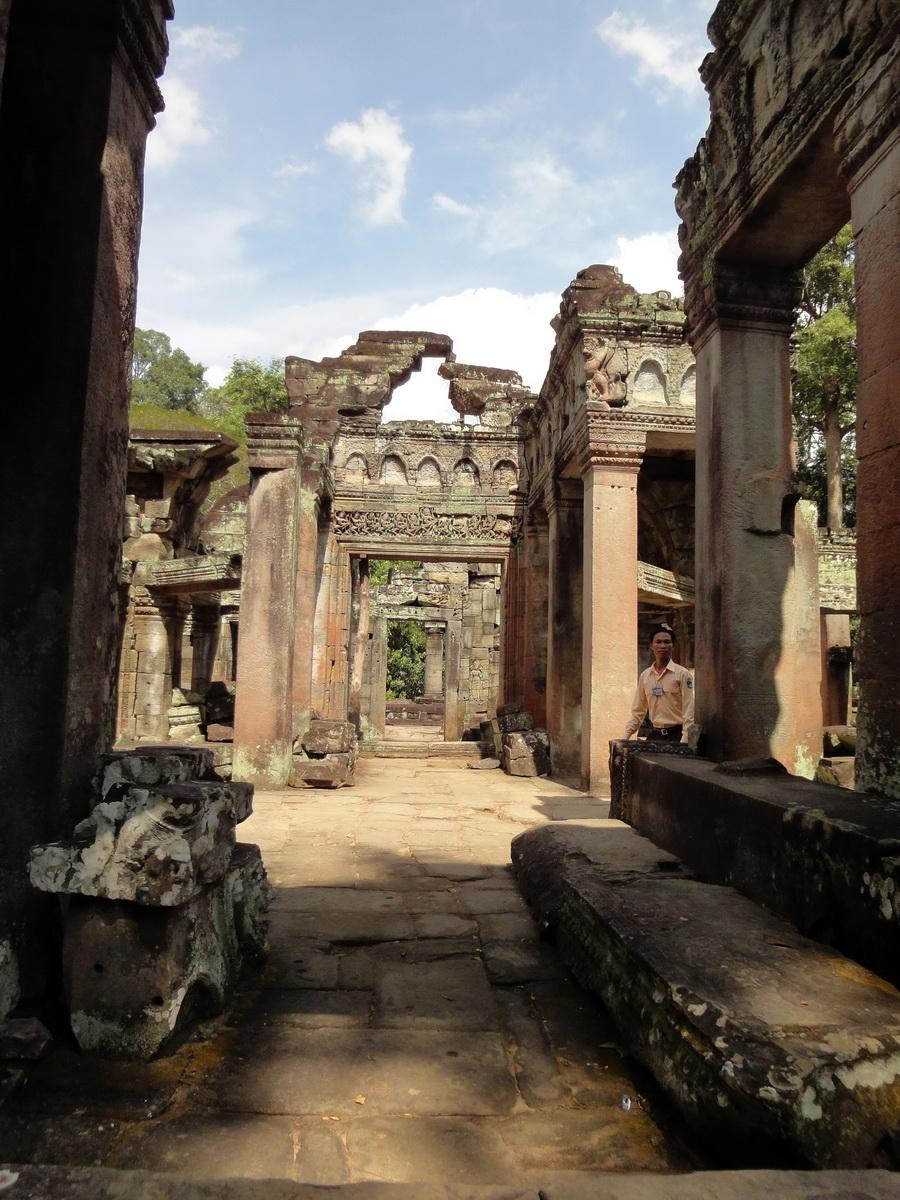 Preah Khan Temple Bas relief dancing Apsaras hall of dancers 01