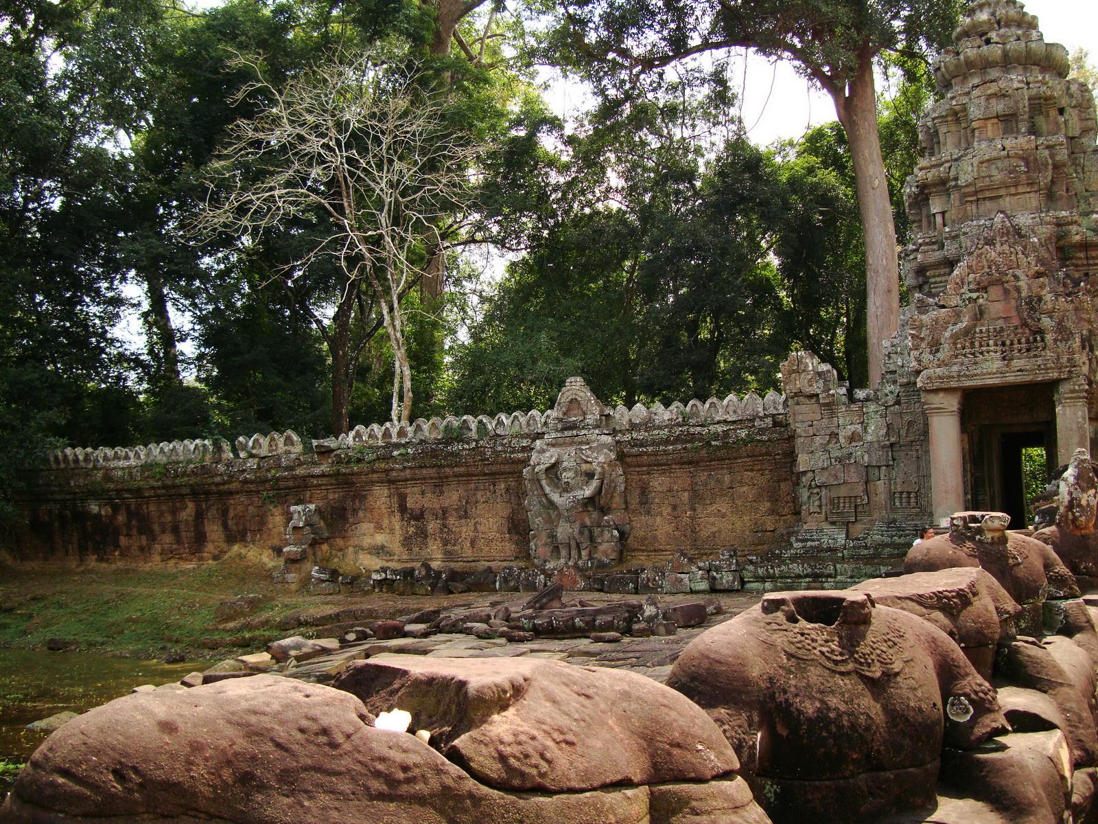 Preah Khan Temple 4th wall enclosure 5m Garuda holding Nagas 05