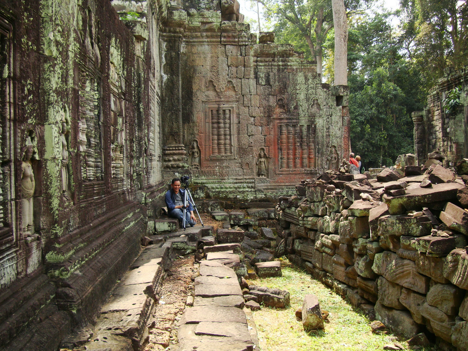 Preah Khan Temple main enclosure local photographer at work 01