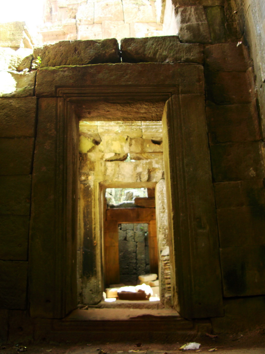 Preah Khan Temple west Gopuram entry tower inner passageways Angkor 01
