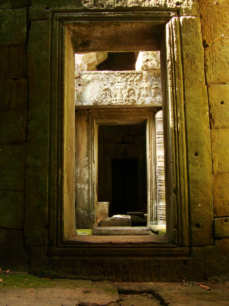 Preah Khan Temple west Gopuram entry tower inner passageways Angkor 02