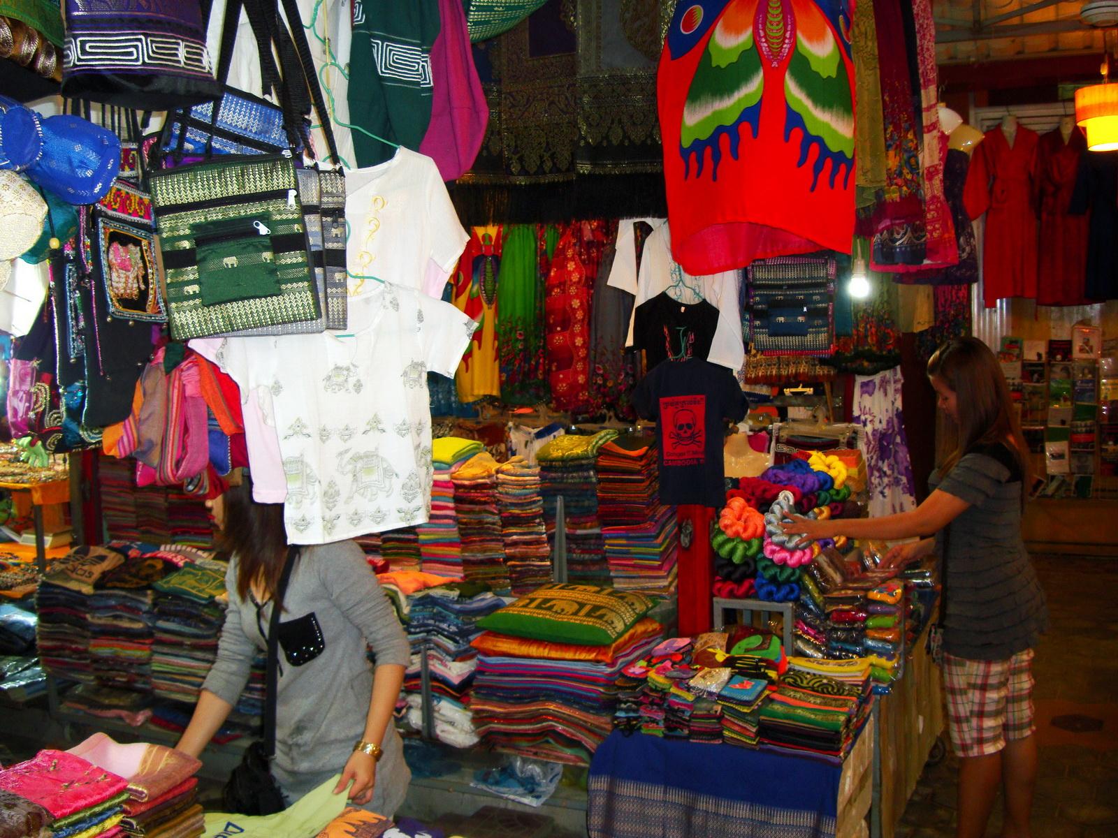 Asisbiz Siem Reap Night Markets Handicrafts Shops 07