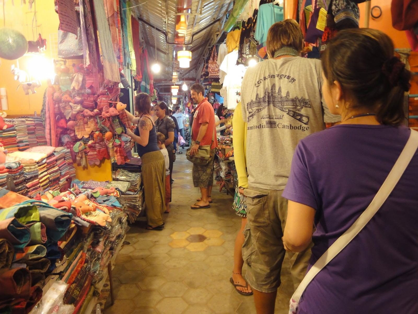 Asisbiz Siem Reap Night Markets Handicrafts Shops 13
