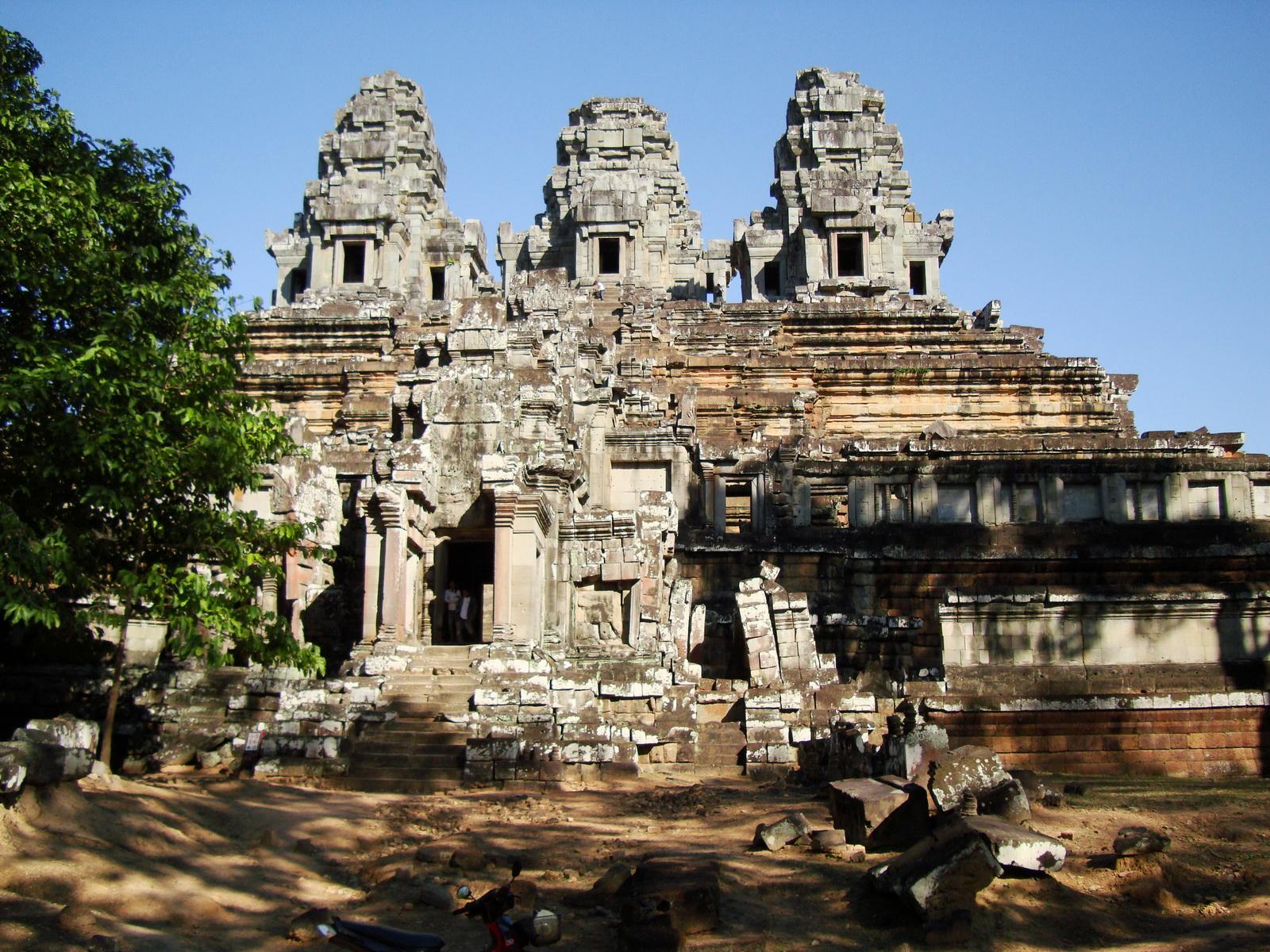 Facing East Ta Keo Temple mountain West gopura entrance Angkor 01