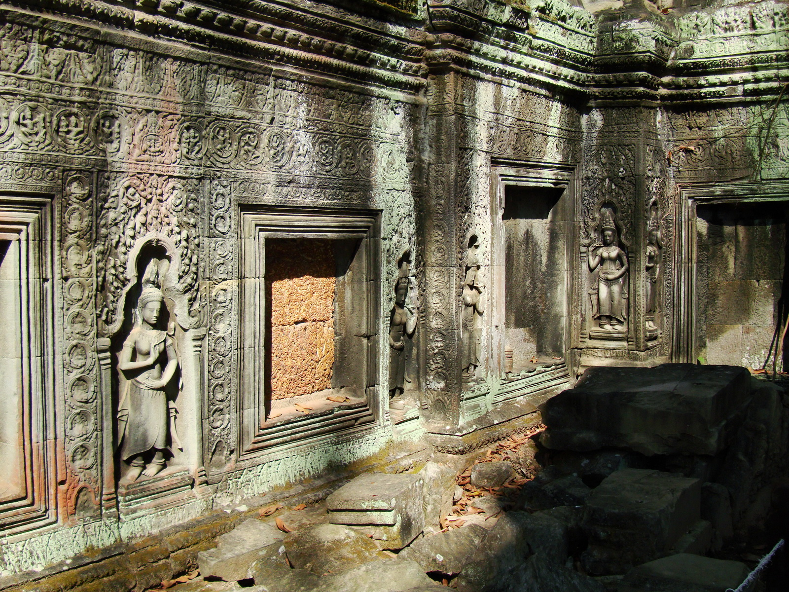 Ta Prohm Tomb Raider Bayon architecture Bas relief devatas 05