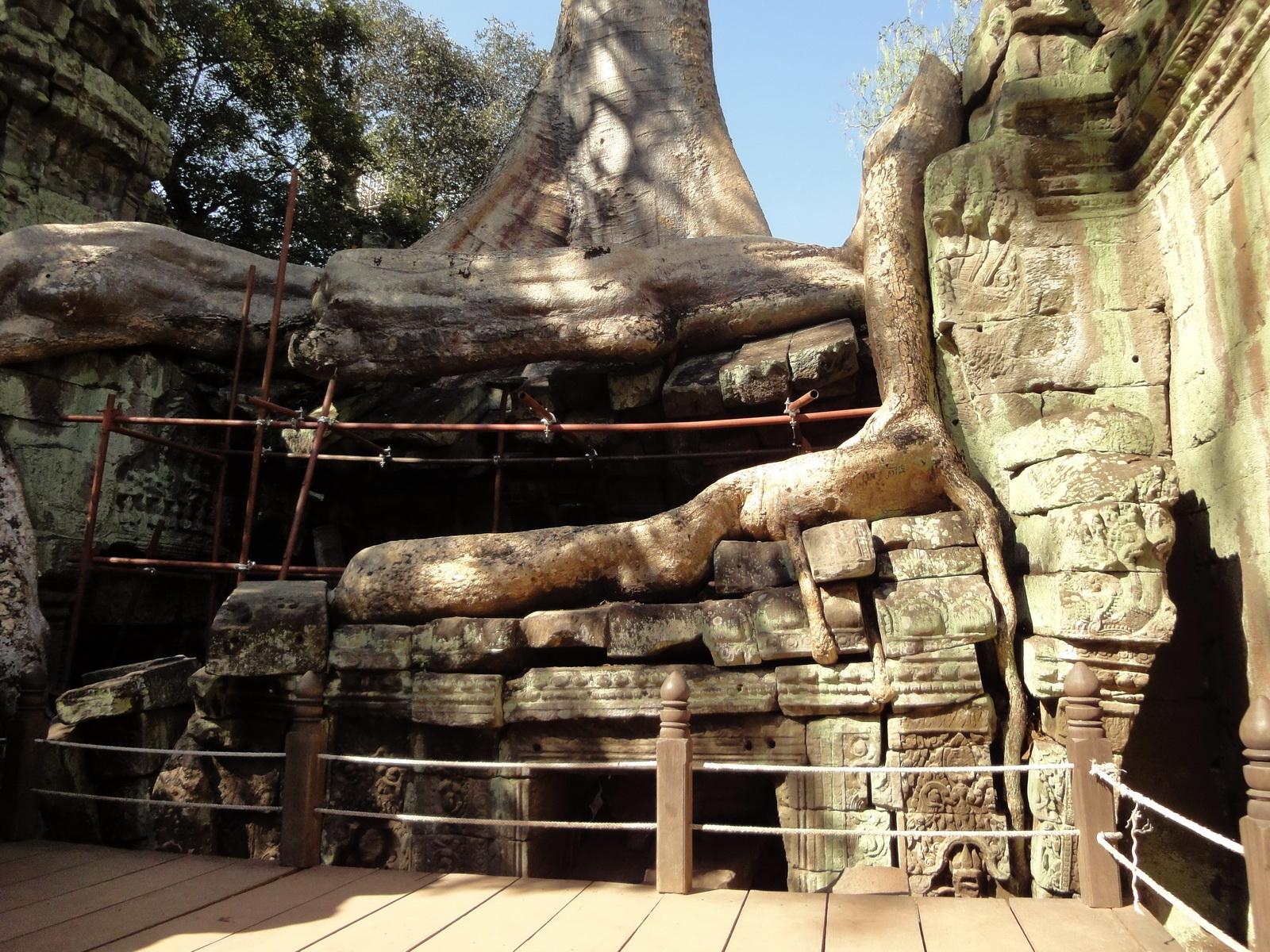 Ta Prohm Tomb Raider Bayon architecture central sanctuary area 01