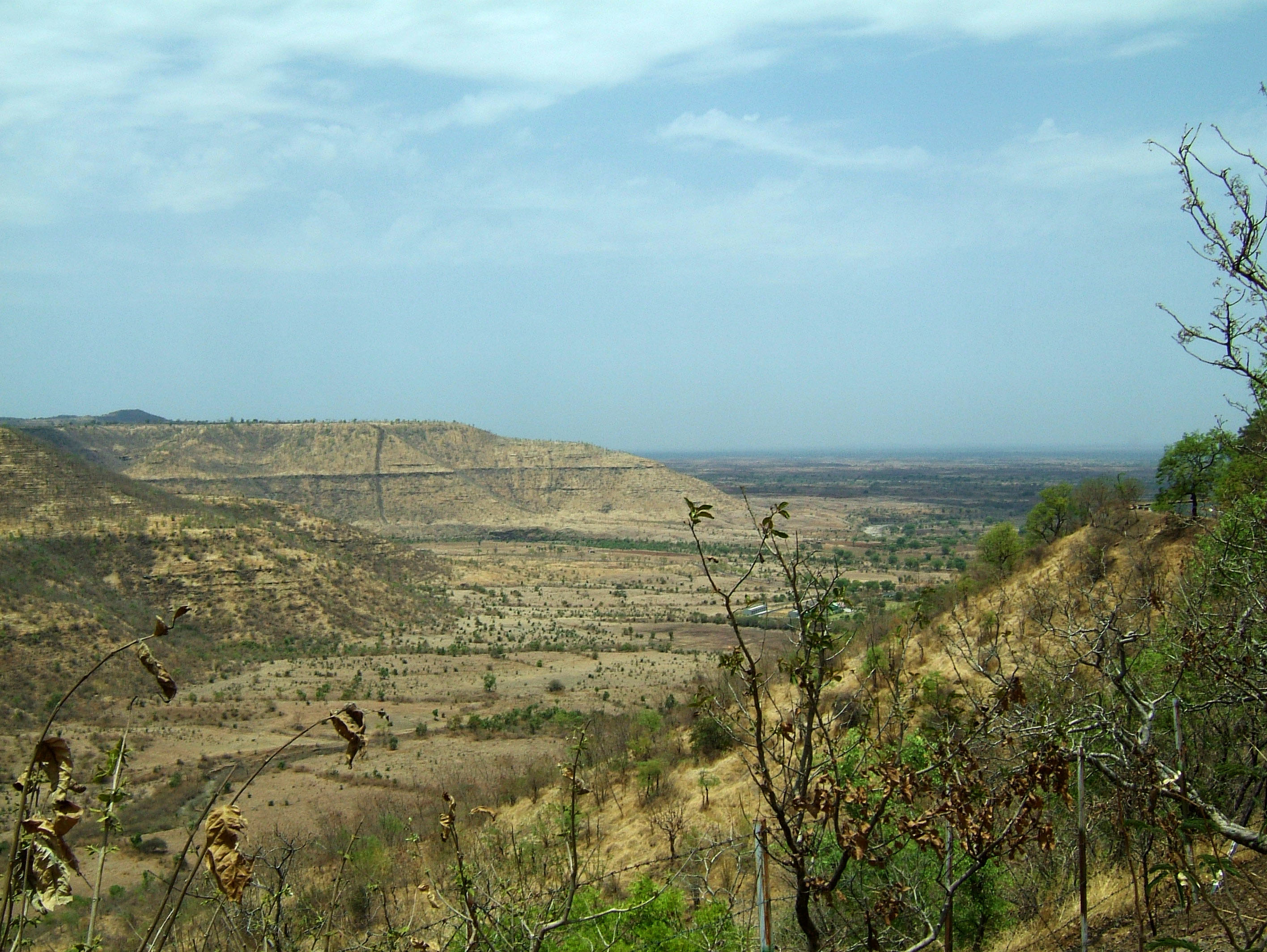 Aurangabad to Ajanta Caves by road India Apr 2004 02