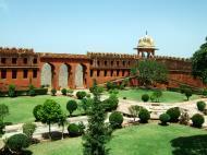 Asisbiz Rajasthan Jaipur Jaigarh Fort compound India Apr 2004 01