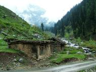 Asisbiz Kashmir Pahalgam Valley villagers homes India Apr 2004 02