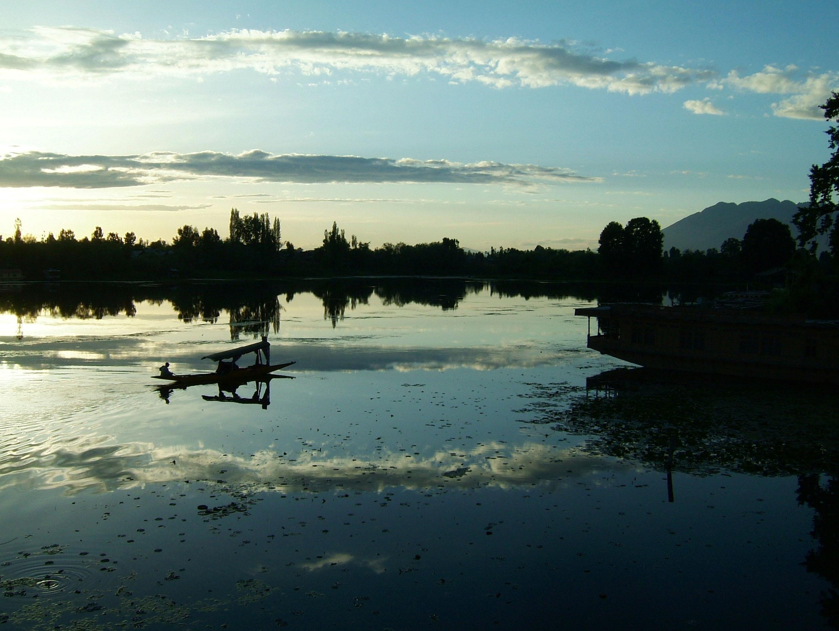 Kashmir Srinagar Shikaras Dal lake India Apr 2004 11