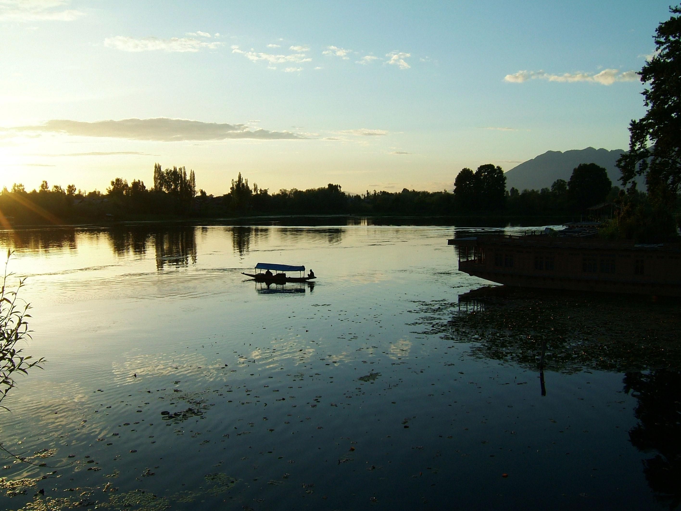 Kashmir Srinagar Shikaras Dal lake India Apr 2004 12