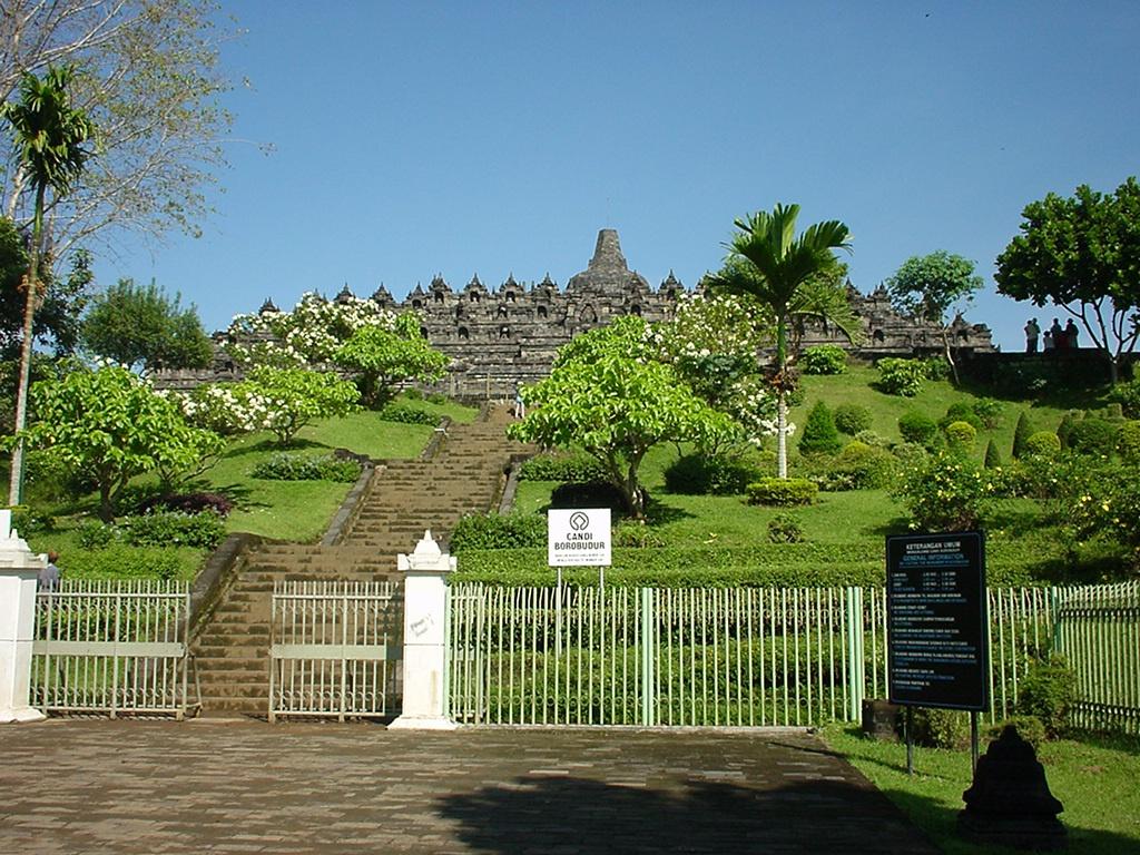 Java Yogyakarta Yogya Borobudur Pagoda Enterance Aug 2000 03