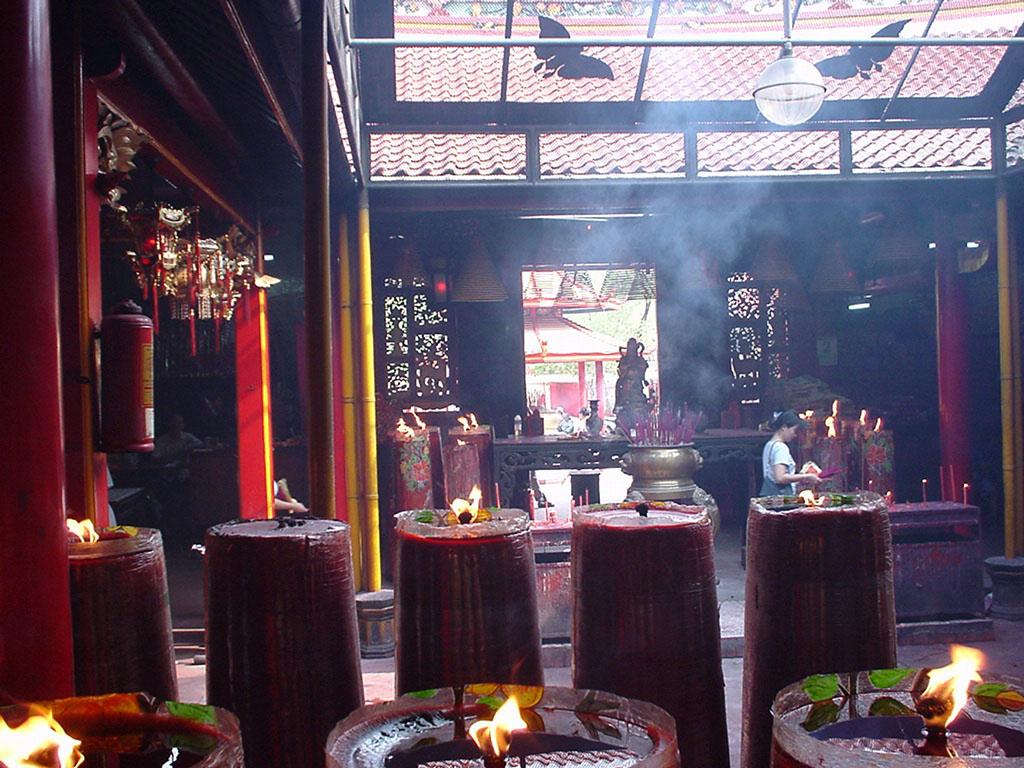Jakarta oldest Chinese temple Kim Tek Le or Jin De Yuan Aug 2000 03