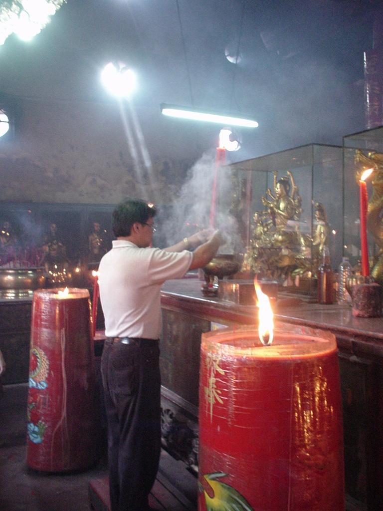 Jakarta oldest Chinese temple Kim Tek Le or Jin De Yuan Aug 2000 04