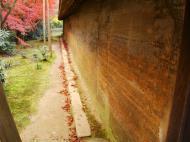 Asisbiz Ryoan ji Hojo Teien Karesansui outer wall Kyoto Japan Nov 2009 01