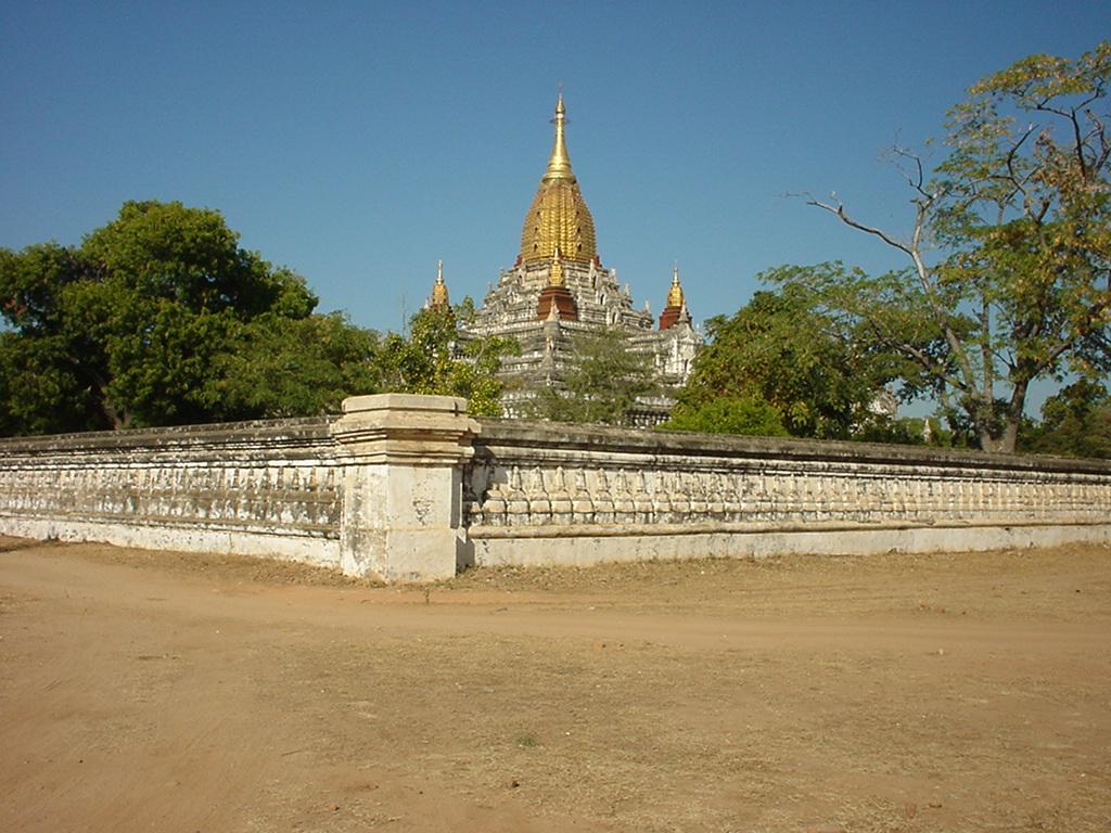 Ananda Pagoda Pagan Dec 2000 03