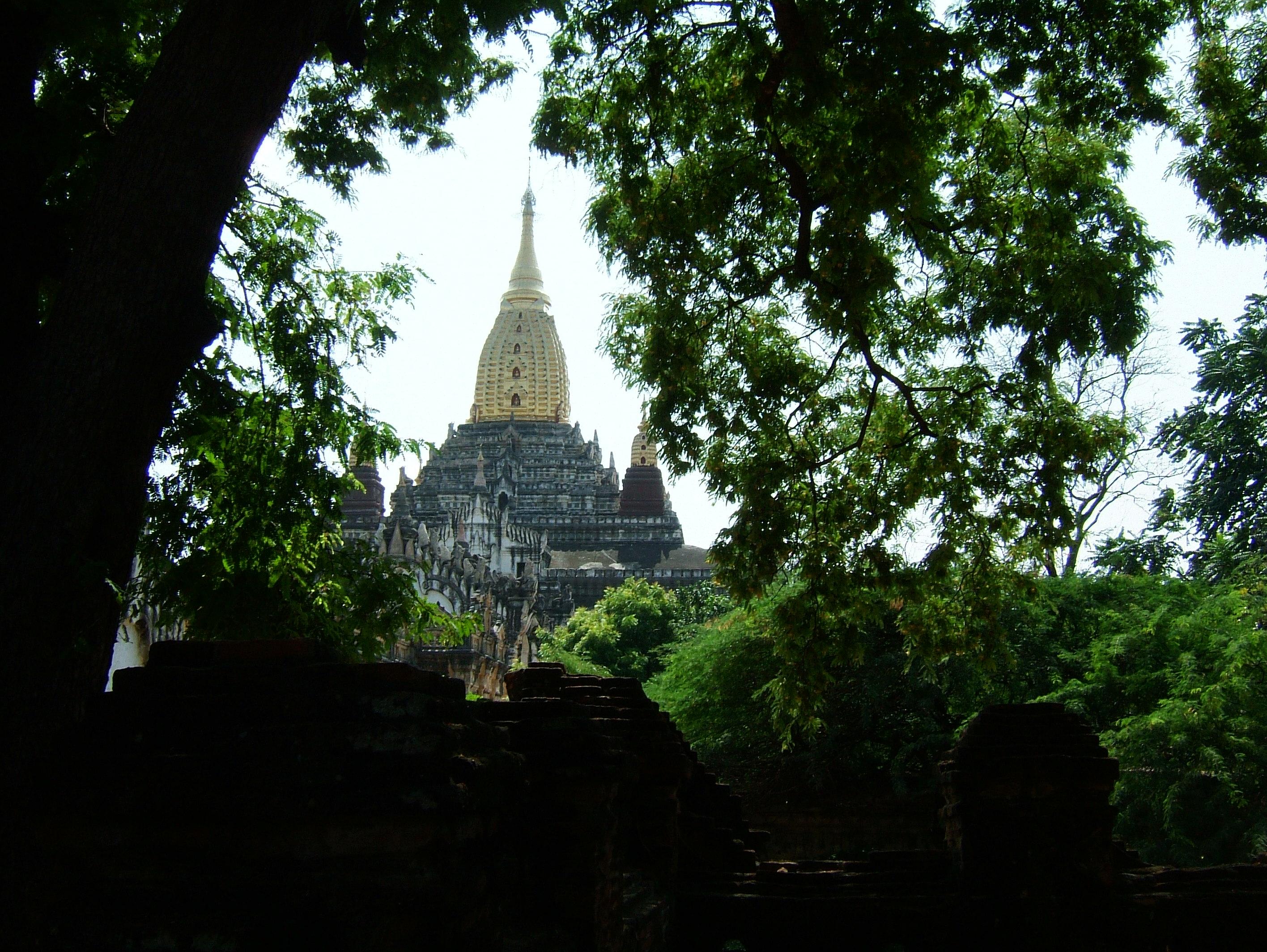 Ananda Pagoda Pagan Dec 2000 04