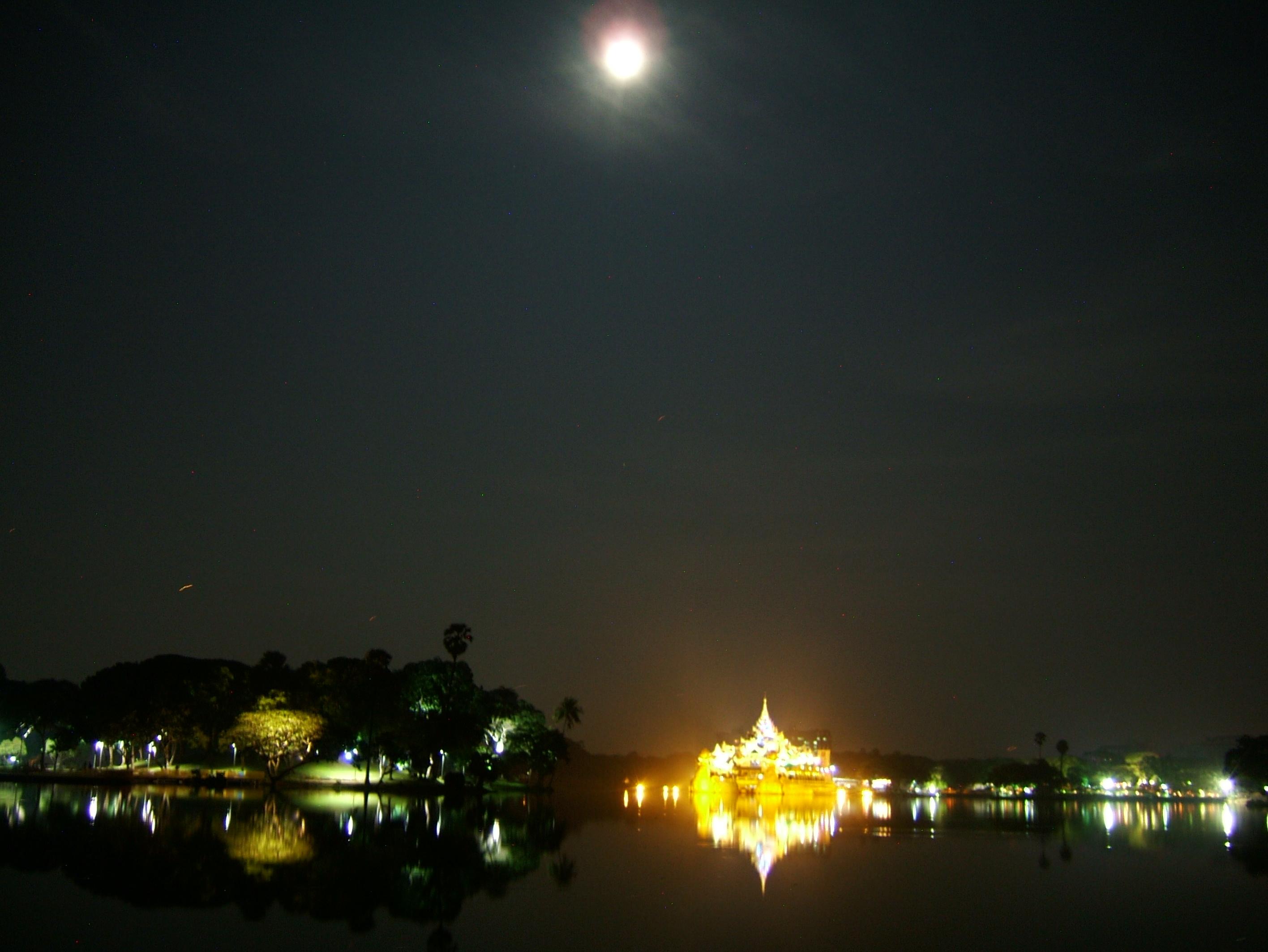 Myanmar Yangon Kandawgyi Palace Hotel royal barge Nov 2004 06