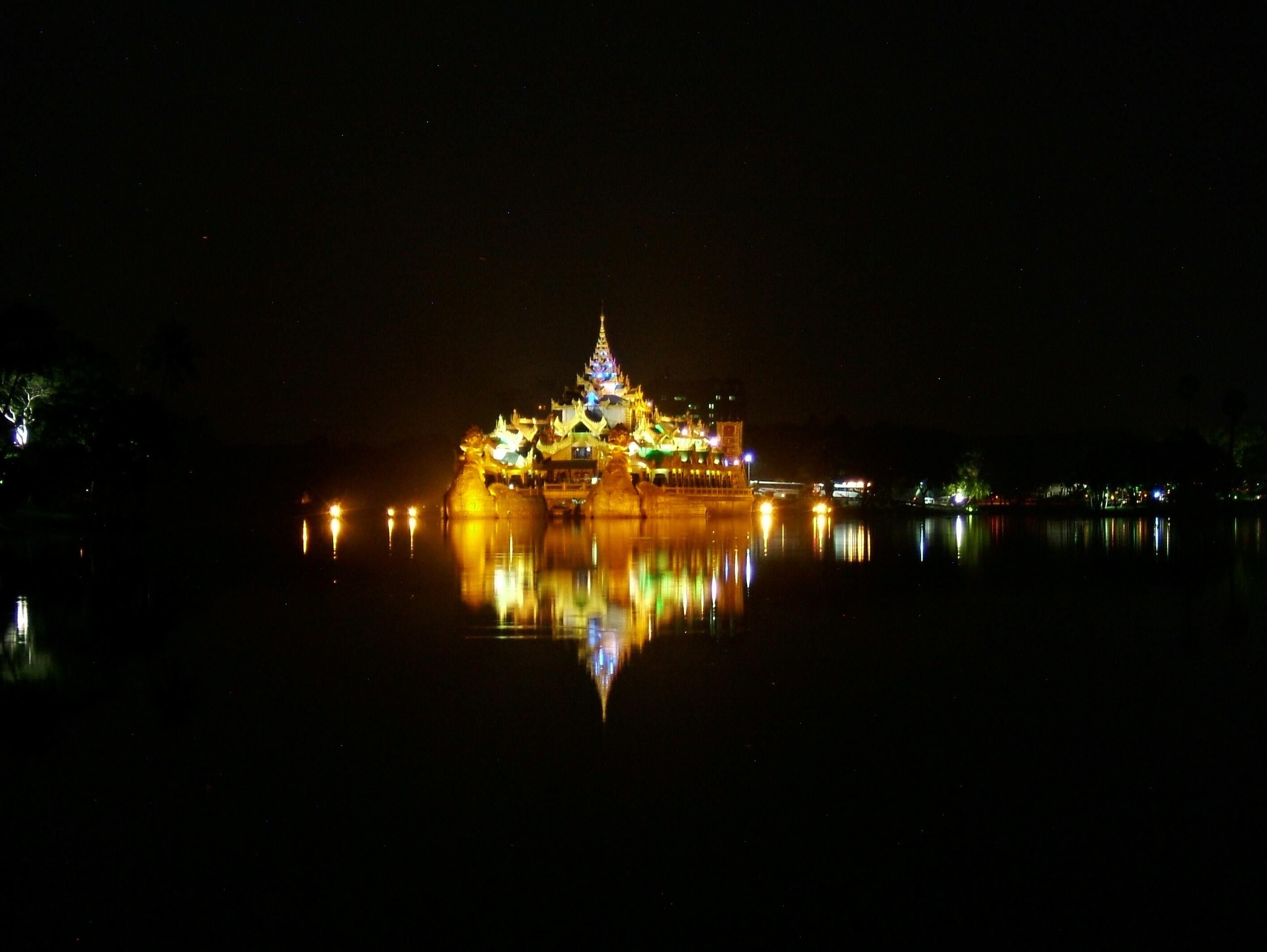 Myanmar Yangon Kandawgyi Palace Hotel royal barge Nov 2004 07