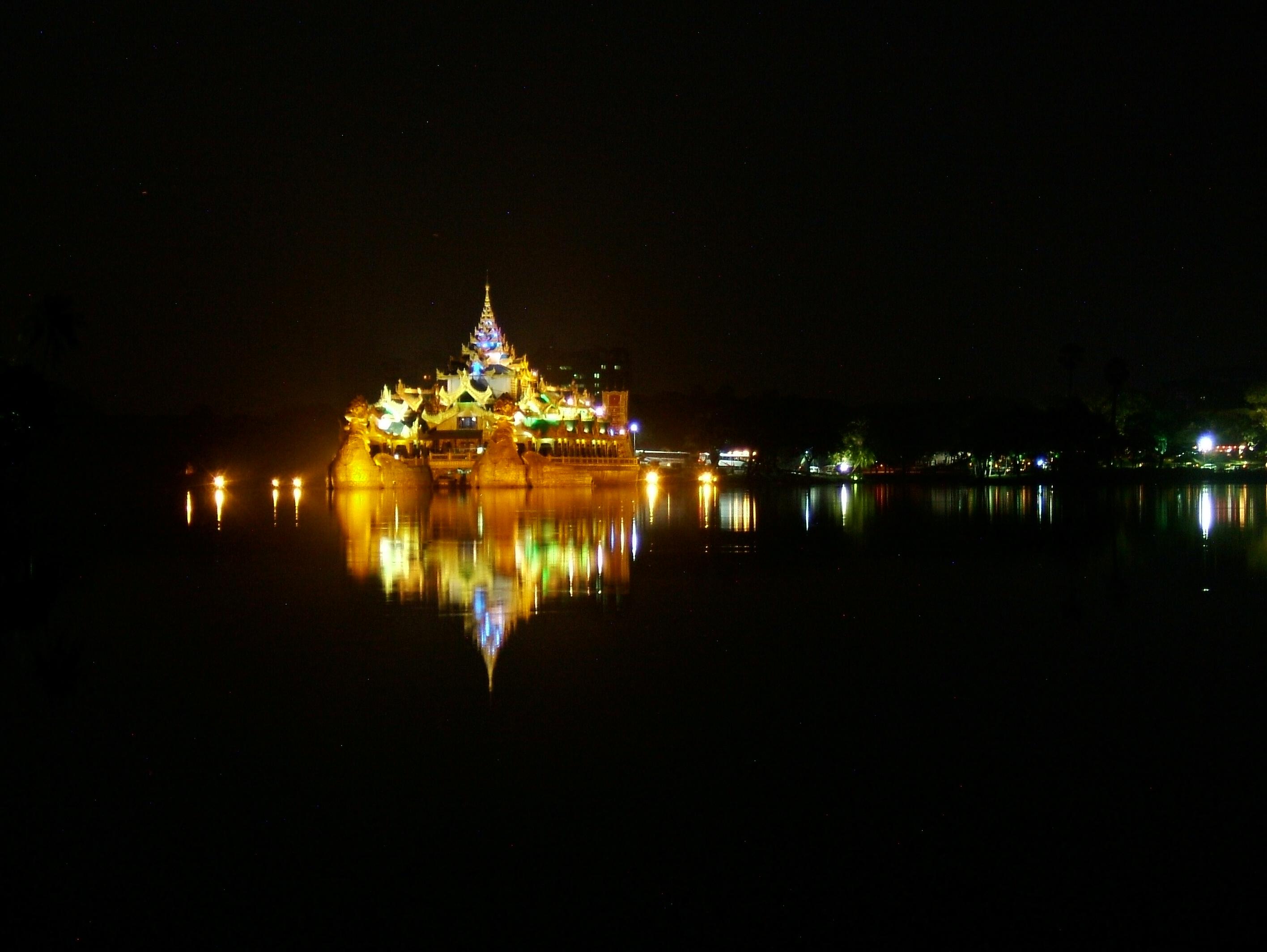 Myanmar Yangon Kandawgyi Palace Hotel royal barge Nov 2004 08