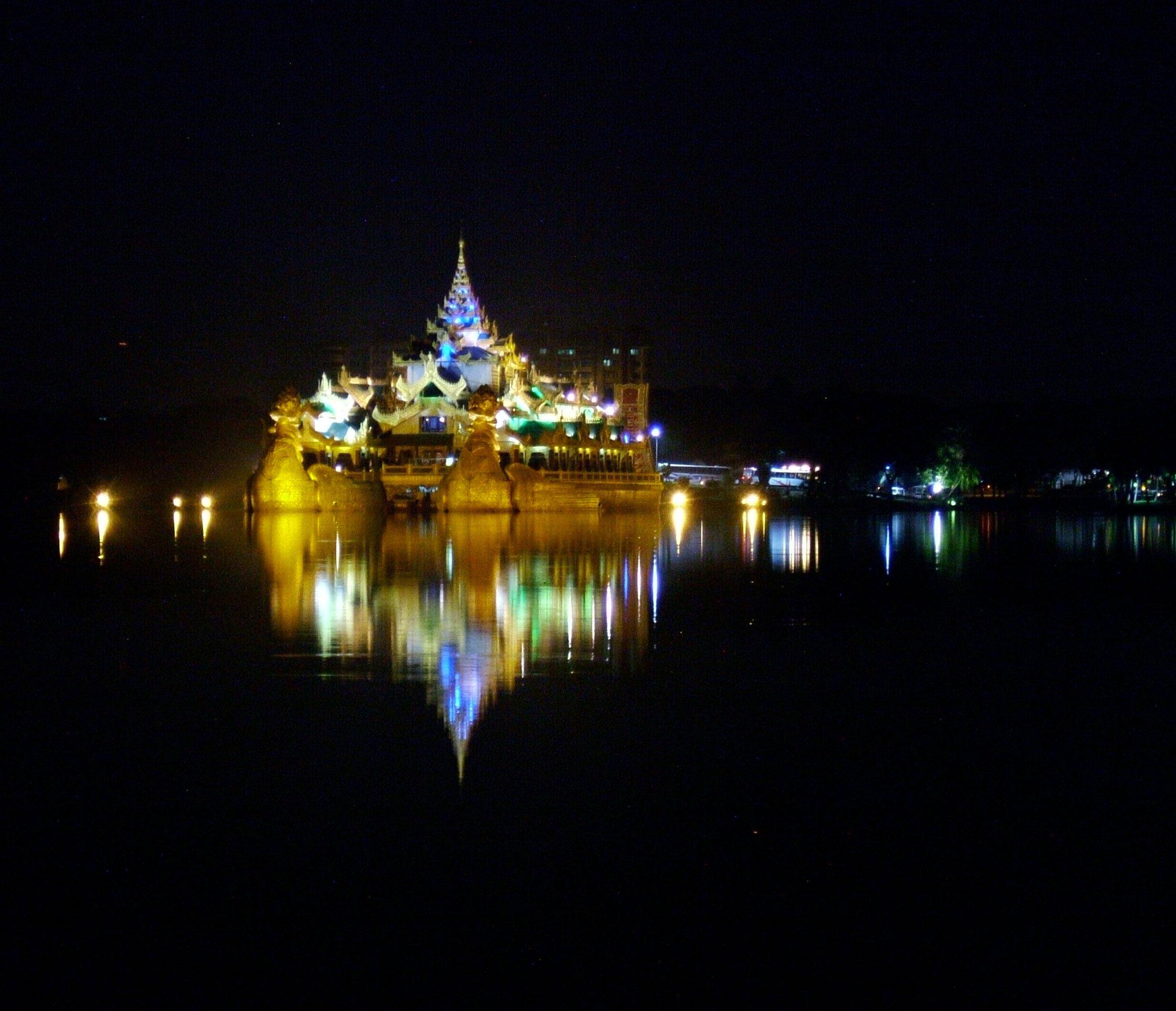 Myanmar Yangon Kandawgyi Palace Hotel royal barge Nov 2004 09
