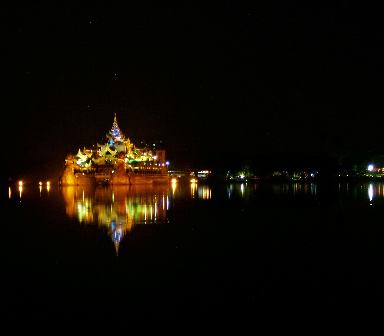 Myanmar Yangon Kandawgyi Palace Hotel royal barge Nov 2004 10